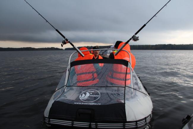 носовой тент компания Трое в лодке