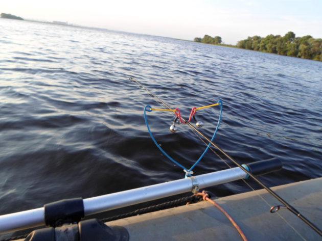 Ловля с лодки на фидер на течении